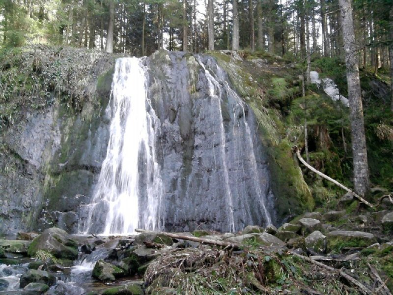 Cascade de la Pissoire, accessible à pied en 1h30 par des sentiers forestiers.