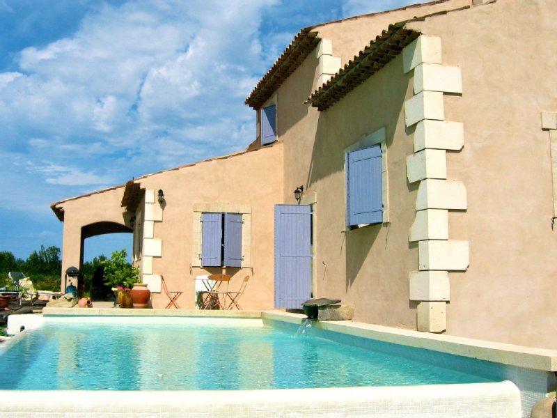 LUBERON Belle maison provençale climatisée avec piscine privée en campagne, holiday rental in Cavaillon