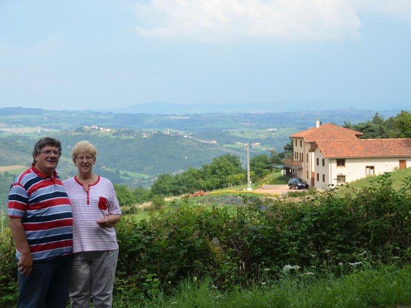 La Madeleine : gîte jusque 15 personnes avec grande vue sur la Loire et les Mont, vacation rental in Loire