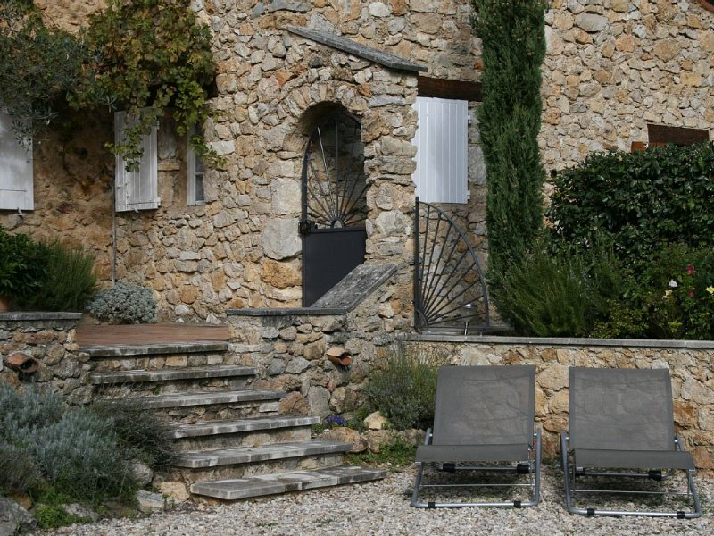 Maison de charme en pierres apparentes en Drôme Provençale avec piscine, casa vacanza a Merindol-les-Oliviers