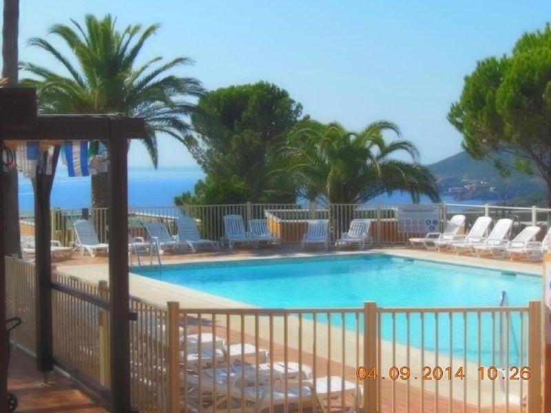 Apt F2Domaine paysagé fermé magnique vue mer et Estérel grande piscine,ping po, casa vacanza a Théoule sur Mer