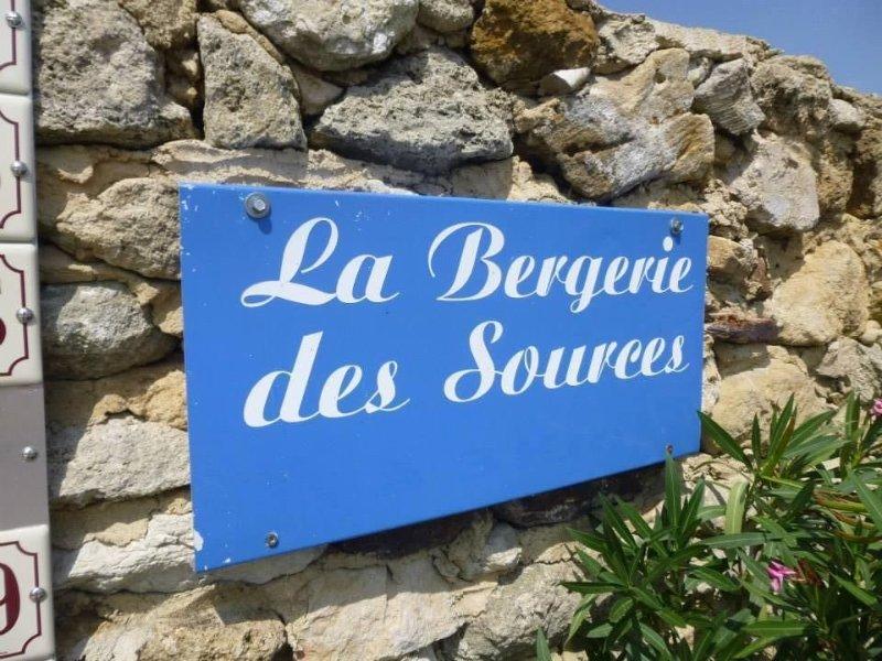 GITE A CLANSAYES 'LA BERGERIE DES SOURCES' DANS MAS DRÔME PROVENCALE PISCINE, location de vacances à Valaurie