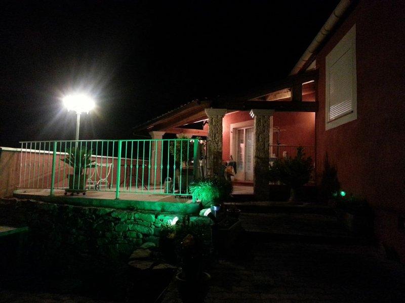 Villa sans vis à vis dans un milieu arboré, vue sur le village et les collines, vacation rental in Cabasse