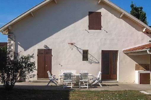 Maison indépendante avec jardin et terrasse, 7 min à pied du centre-ville, wifi, vakantiewoning in Medis