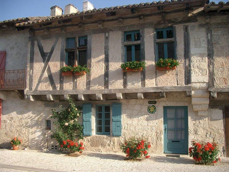Dans un village classé, maison à colombage donnant sur un vallon boisé, vacation rental in Beauville