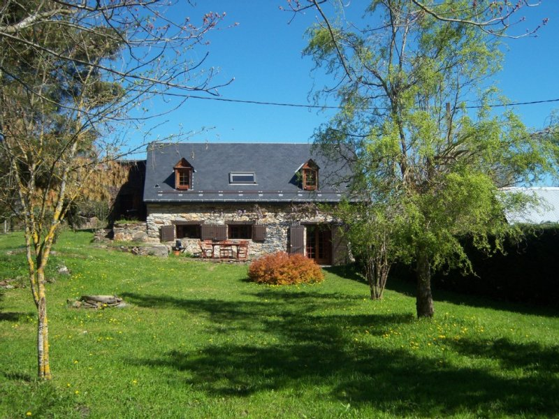AUTHENTIC CHALET GRANGE, CLASS 3 * LARGE GARDEN FENCE 10 MINUTES DE LUCHON, vacation rental in Bagneres-de-Luchon