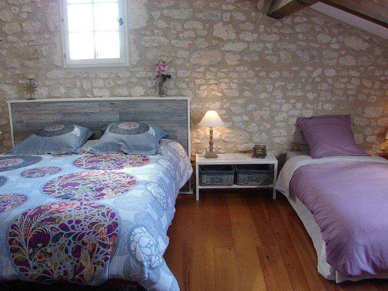Gîte 'Les Bardottes' dans une magnifique demeure en pierre, holiday rental in Saint-Nexans