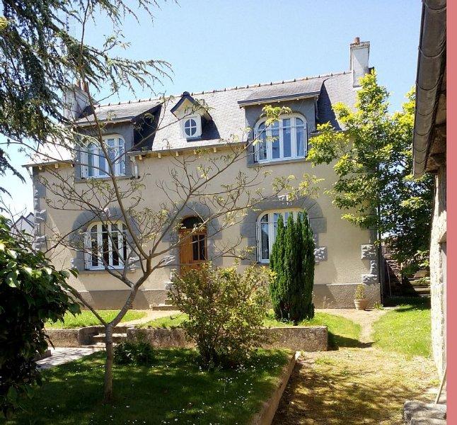 Grande maison avec parc arboré, dans un petit village breton à 4 km de la mer, holiday rental in Plehedel