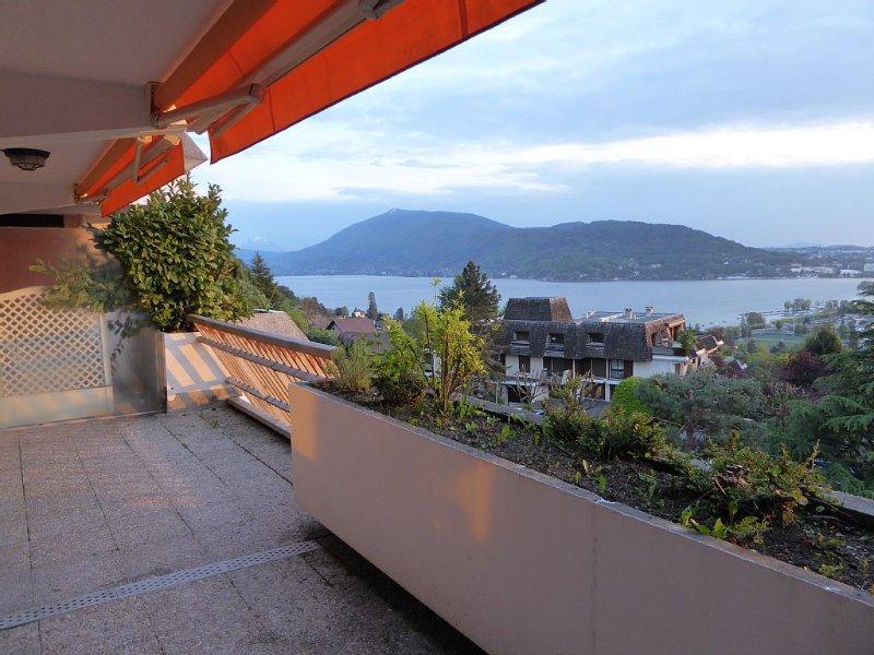 Appartement 3ème étage avec vue lac piscine tennis, holiday rental in Annecy-le-Vieux