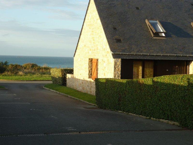 Maison située à 50m de la mer vue imprenable, location de vacances à Morieux