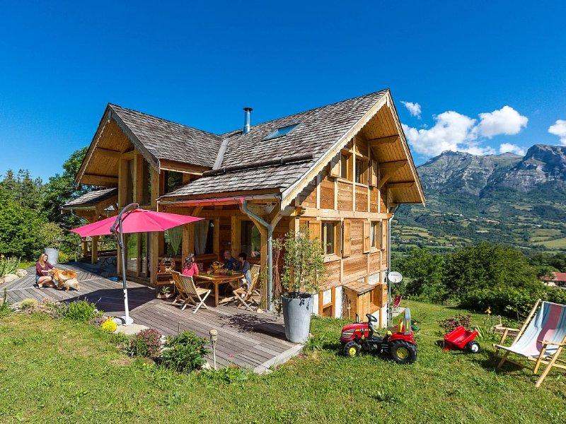 Grand Chalet en bois haut de gamme, en station village, uniquement l'été., casa vacanza a Ancelle