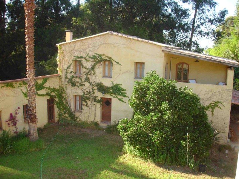 Grande Maison calme confort clim wifi  jardin entre mer et montagne 12mn plage, holiday rental in Calenzana