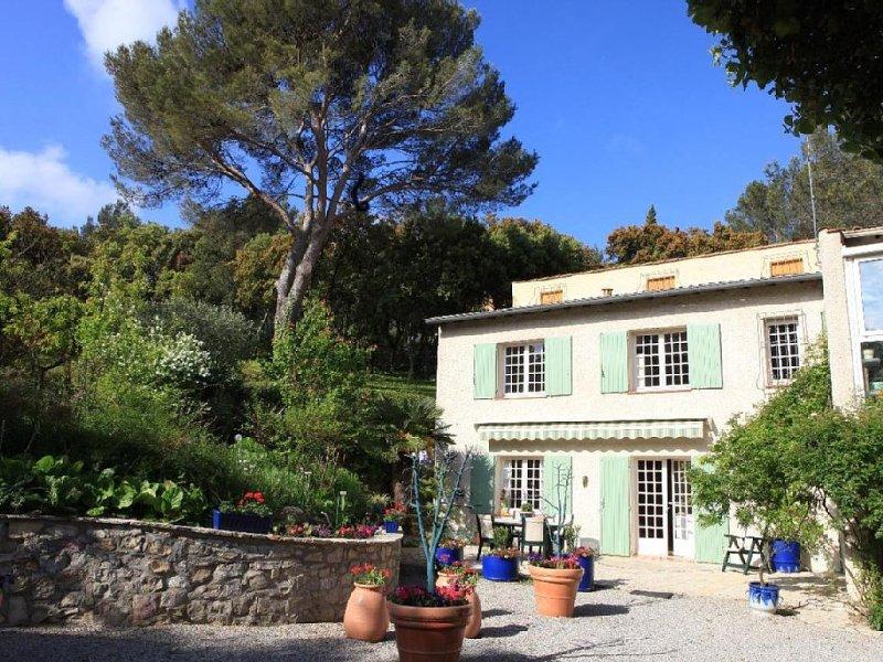 Le Baradot 7 kms de Nîmes Centre vous attend dans son domaine apaisant et fleuri, location de vacances à Caveirac