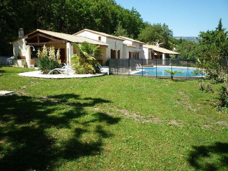 La villa CAMILLE est dans un domaine  boisé,calme et tranquilité assurés, location de vacances à La Bastide
