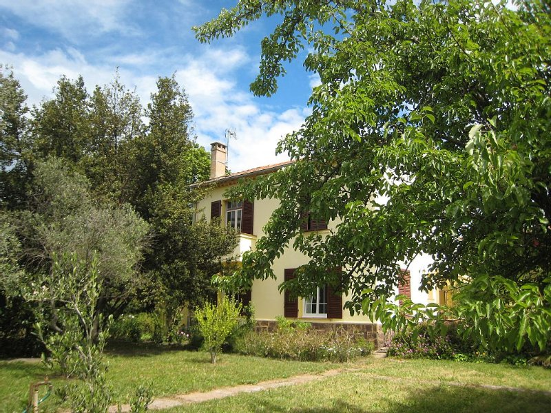 Villa climatisée pour 6 personnes, jardin privatif et calme en centre ville, holiday rental in Saint-Raphael
