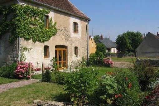 Gîte spacieux avec terrasse et jardin au bord du canal du Nivernais, holiday rental in Clamecy