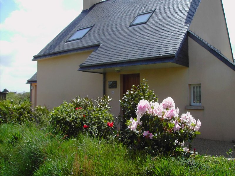 Maison familiale 4 chambres jardin arboré, alquiler vacacional en Plomeur