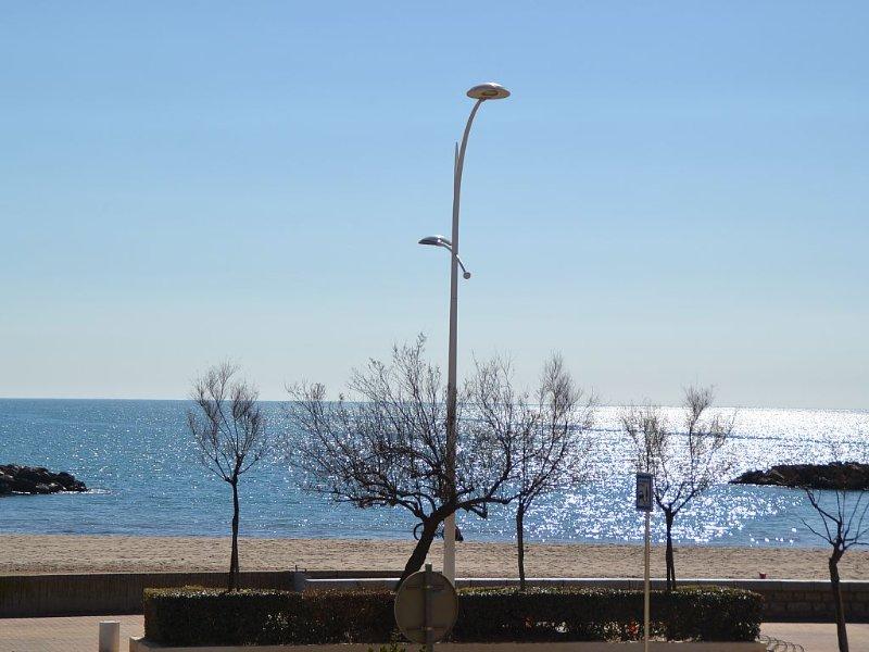 Location T3 entièrement rénové - BOR DE MER- 50m plage- 7 pers -Terrasse vue mer, holiday rental in Valras-Plage