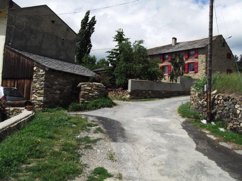 Ancienne ferme de montagne rénovée, proche station de ski, 6 personnes, holiday rental in Serrat