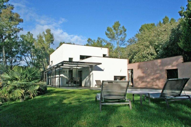 Villa de prestige contemporaine avec parc, piscine, 3 mazets ind, prox.centre vi, location de vacances à Poulx