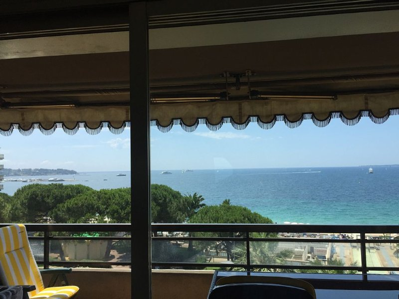 Luxueux 2P bord de mer Et.élevé Clim parking vue panoramique résidence de presti, holiday rental in Antibes