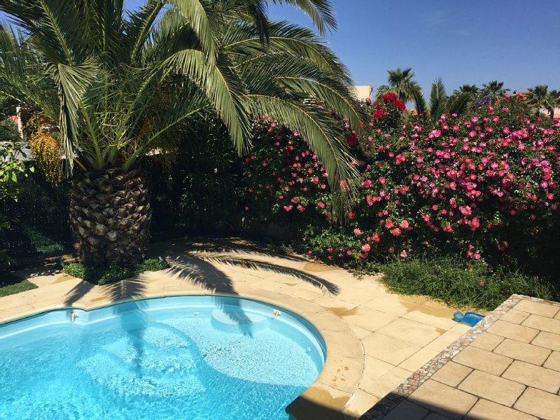 Maison ts confort   à 300 mètres  de la plage, piscine privée chauffée vélos !!, casa vacanza a Saint-Cyprien