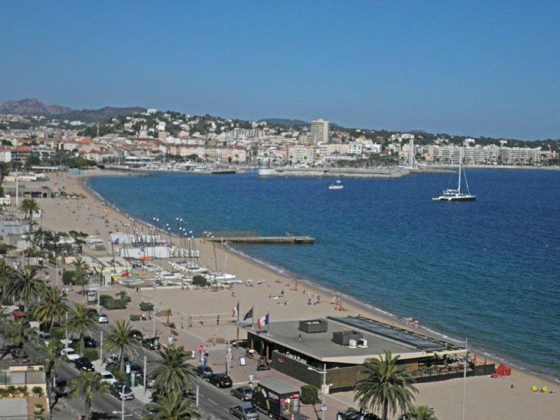 F2 FRONT DE MER VUE PANORAMIQUE SUR LA MEDITERRANEE et SAINT-RAPHAEL, vacation rental in Fréjus