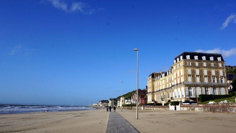 ROCHES NOIRES-Appt FRONT MER Calme Lumineux-Parking-10 min à pied Centre et SPA, holiday rental in Trouville-sur-Mer