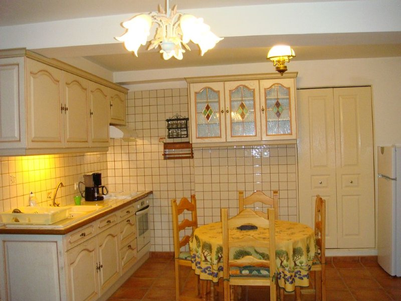 Character apartment, 200 meters from the medieval city. Parking Privé.4. PERS, vacation rental in Carcassonne Center