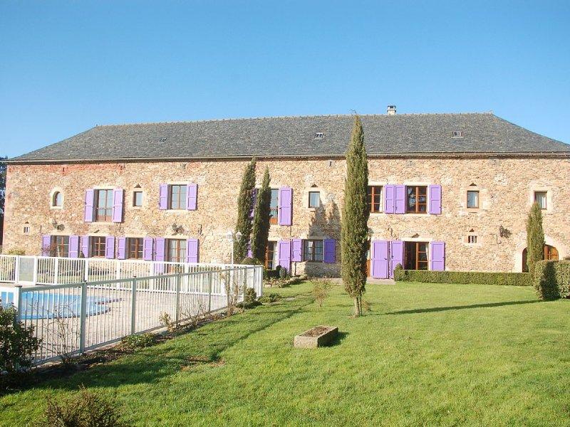 Gîte de caractère ( 4 Clés ) de 300 m2 avec piscine dans un jardin agréable, holiday rental in Montirat