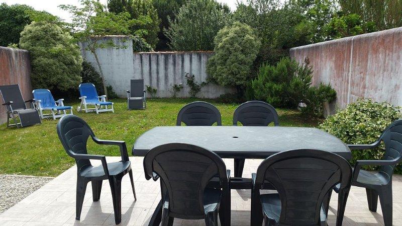 VILLA - 2 CHAMBRES JARDIN - TERRASSE - BELLES PLAGES - LE BOIS PLAGE - ILE DE RÉ, holiday rental in Le Bois-Plage-en-Re