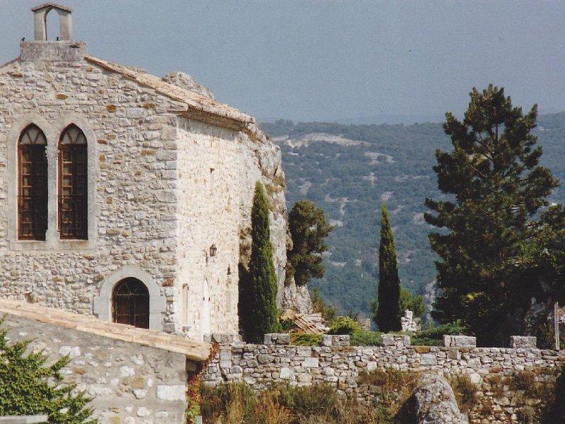 Ancienne Chapelle restaurée du 12° siècle surplombant l'Ardèche., vacation rental in St Just d'Ardeche