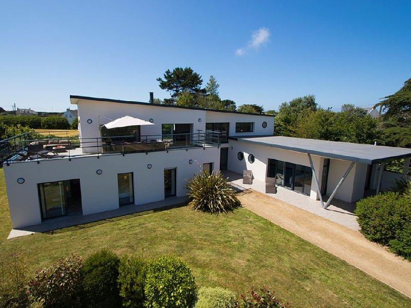 Villa Avec Piscine interieure Chauffée, Jacuzzi, Hammam et vue mer, location de vacances à Plougrescant
