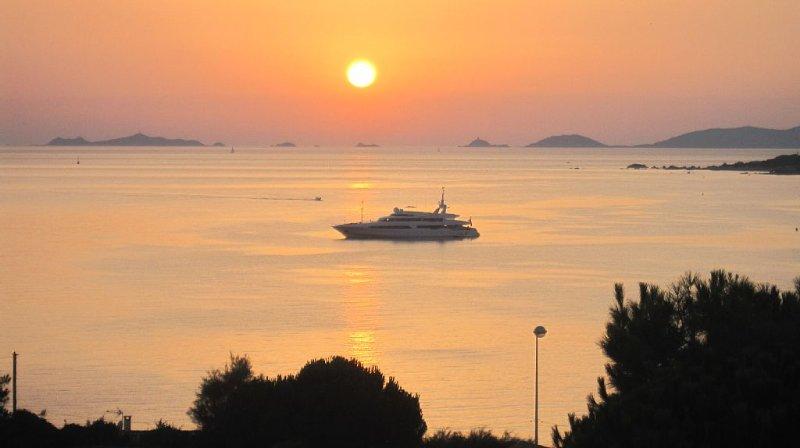 Villa surplombant la mer à 300 m de la plage, location de vacances à Pietrosella