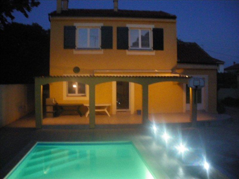 Villa avec piscine plein ouest, terrasses et jardin 600m2, 8 personnes, 4 ch, vacation rental in Villeneuve les Beziers