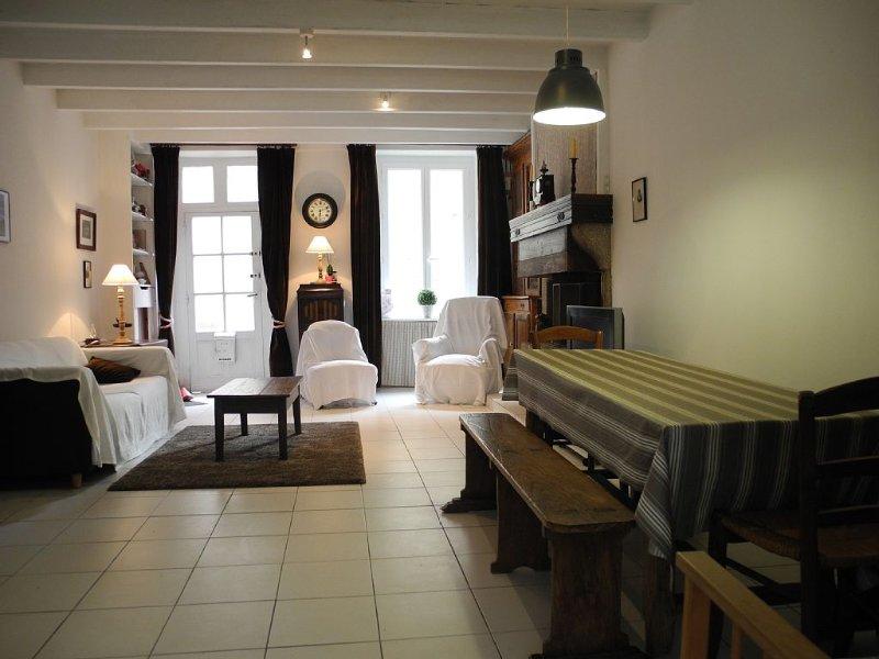 Maison typique rénovée Port Barfleur au calme jardin clos WIFI, vacation rental in Montfarville