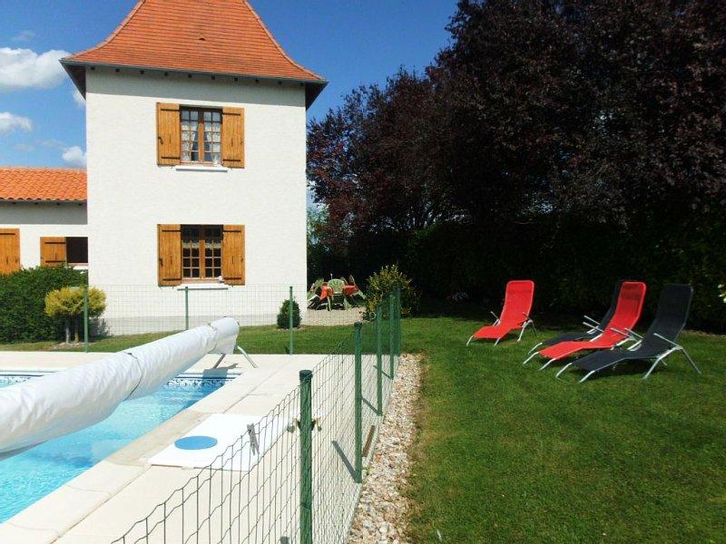 maison mitoyenne à celle du propriétaire classée 2* 4 pers agréable , tranquille, vacation rental in Saint-Martin-de-Ribérac