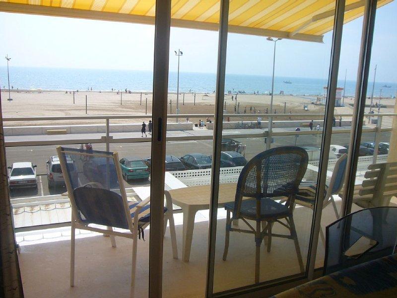 Face a la mer, la 'grande bleue' à vos pieds, vue imprenable a 20 m de la plage, vacation rental in Narbonne