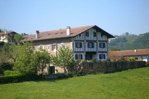 A Sare, appartement de caractère de 400 m² dans maison basque typique 6 chambres, alquiler vacacional en Sare