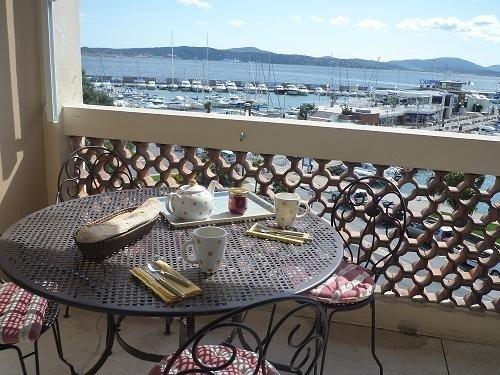 EMPLACEMENT N° 1 - SUR LE PORT - FACE ST TROPEZ - POUR 4 PERSONNES, holiday rental in Sainte-Maxime