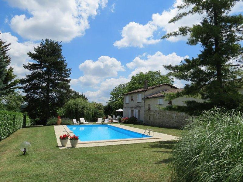 Belle maison en pierre avec piscine dans parc arboré sur les coteaux de Bordeaux, casa vacanza a Sadirac