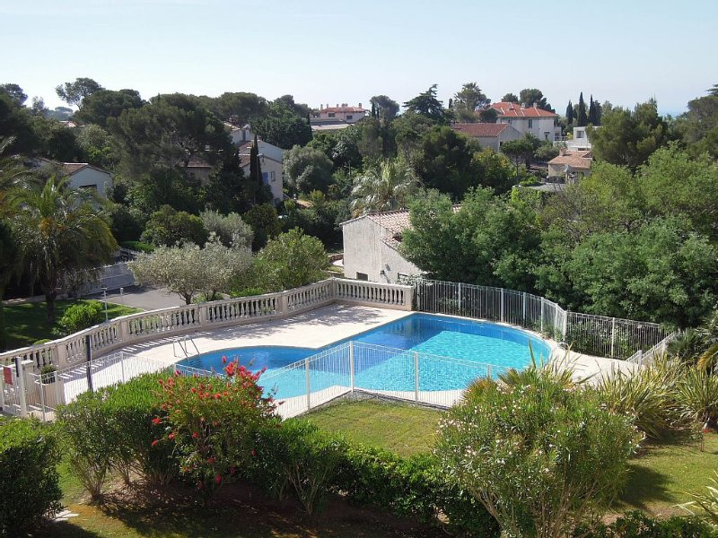 Appartement MER Côte d'AZUR  St RAPHAËL Gd F2 pour 4 personnes PISCINE, holiday rental in Saint-Raphael