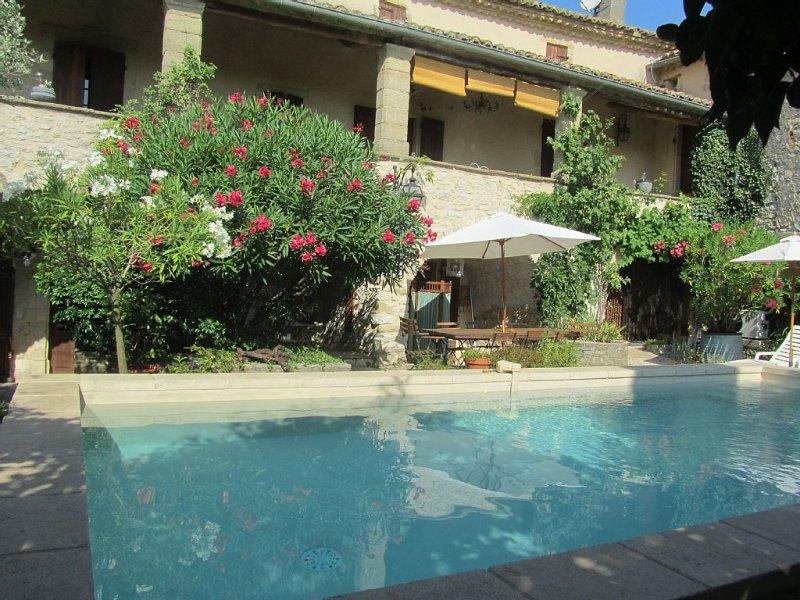Mas provençale 18ème avec piscine chauffée, climatisation, proche Uzès, holiday rental in La Bruguiere