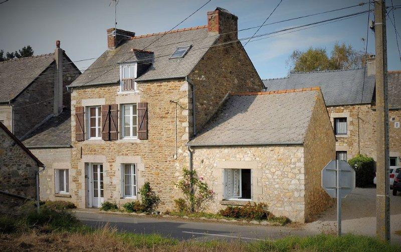 Maison dans petit village situé entre Dinard , St malo et Dinan ville médiévale, holiday rental in Pleslin-Trigavou