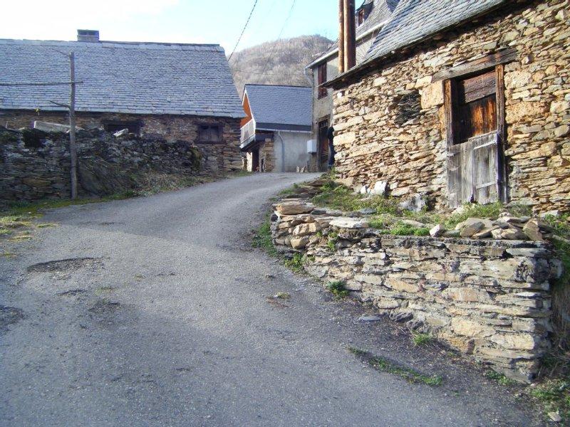 Gîte situé sur le GR10 à 1100m d'Alt  en vallée du Biros dans le Couseran, Ferienwohnung in Buzan
