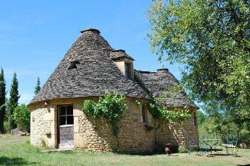 Authentique borie du Cause aux murs et insolite toit de pierre en Périgord Noir, location de vacances à Savignac-de-Miremont