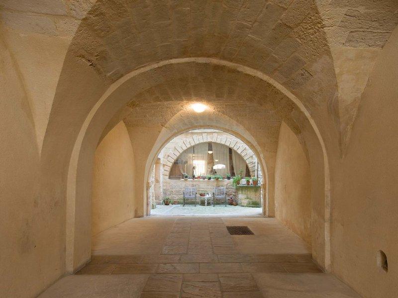 Centre historique uzès. Appt. 2ch. Luxe, calme, confort. 63 m2.WIFI gratuit., vacation rental in Uzes