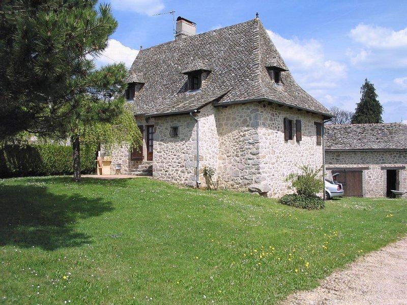 Maison avec piscine dans la campagne du Cantal, holiday rental in Grand-Vabre