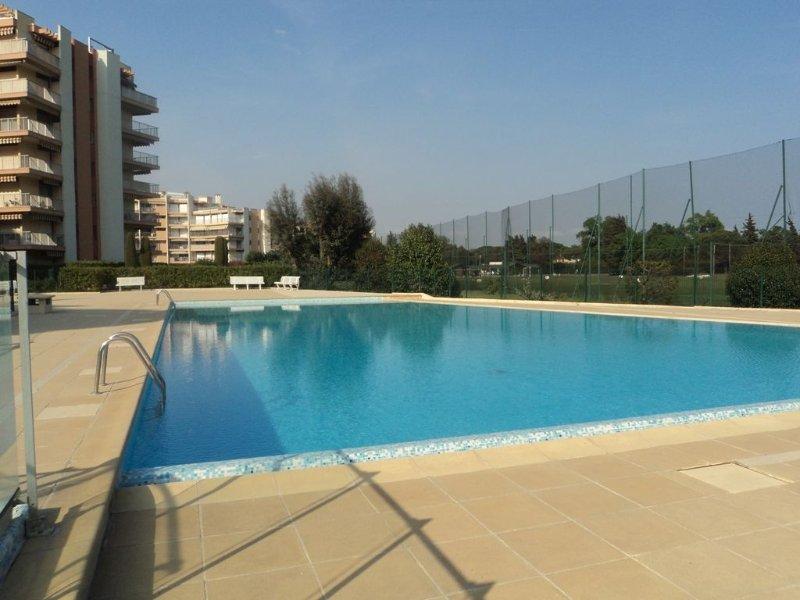 Beau 2 Pièces lumineux proche Cannes, mer, plages, grande piscine, wi-fi – semesterbostad i Mandelieu-la-Napoule