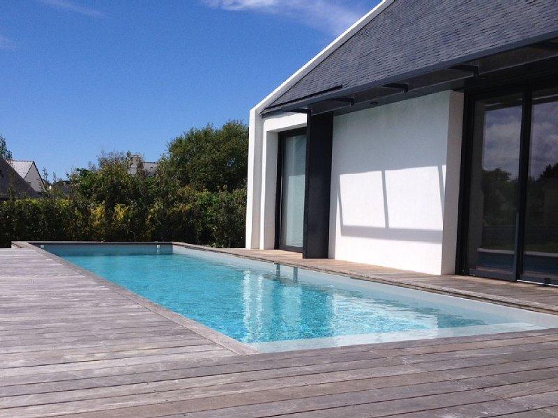 A 300 m de la plage, belle Villa contemporaine avec piscine privée chauffée, vacation rental in Arzon